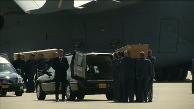 Quarenta corpos de vítimas do desastre com boeing na Ucrânia chegam à Holanda - Dois aviões militares transportaram os caixões. Um acordo assinado entre os dois países prevê que as investigações sejam comandadas pelos holandeses.