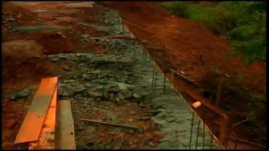 Muro de contenção é construído para evitar deslizamentos em Erechim, RS - Medida ocorre no bairro Aeroporto.