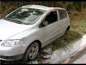Pista molhada pode ter sido a causa de um acidente na BR-116, em Teófilo Otoni - Carro parou no canto da pista depois de capotar diversas vezes. Uma pessoa ficou ferida.