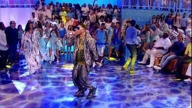 MC Dedê anima plateia com funk ostentação - Funkeiro mostra seu hit 'Bumbum na Água'