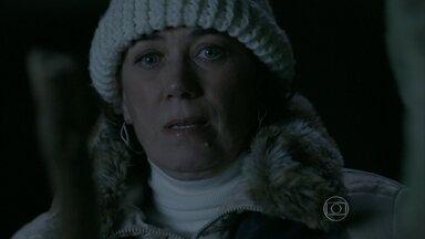 Maria Marta se esconde e espera José Alfredo ir embora da caverna - Milionária perde seu celular e é obrigada a enfrentar uma cobra