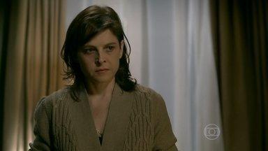 Cora tenta convencer Eliane a dizer para Cristina que José Alfredo pode ser seu pai - A irmã da megera se recusa a ser internada em um hospital