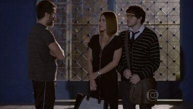 Gael discute com Edgar e Lucrécia - O mestre quase agride os donos da Ribalta ao confundi-los como invasores
