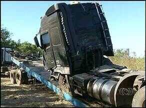 Carga de caminhão que se envolveu em acidente é retirada da BR-153 - Carga de caminhão que se envolveu em acidente é retirada da BR-153.
