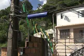 Moradores de Candeias reclamam sobre postes de energia instalados em locais errados - Em um dos casos, poste está instalado muito próximo à casa. Veja também o que diz o representante da concessionária de energia.