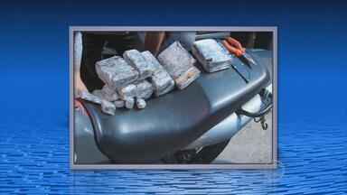 Homem é preso com quase seis quilos de haxixe escondidos em moto - Cão farejador da Polícia Federal encontrou a droga, no cano de escape.
