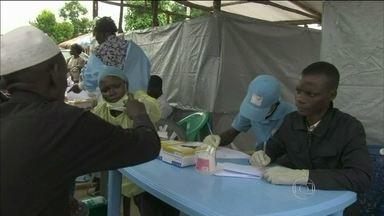 OMS faz alerta sobre agravamento da epidemia de ebola na África - Comunidades com casos de infecção foram isoladas por tropas federais em Serra Leoa. E escolas, fechadas. Passageiros têm a temperatura medida nos aeroportos, para saber se estão com febre.