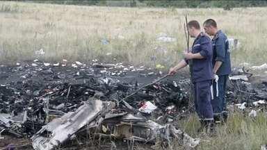 Especialistas internacionais voltam ao local da queda do boeing da Malaysia Airlines - Tropas ucranianas suspenderam por um dia os combates aos rebeldes pró-Rússia na região. Há quase uma semana os monitores internacionais tentavam inspecionar novamente os destroços.