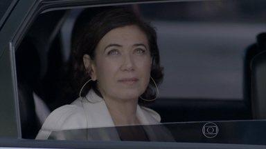 Maria Marta e sua comitiva chegam ao apartamento do Comendador - Danielle liga para José Pedro, que fica feliz com o retorno da mãe