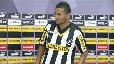 Com reforço de Rogério, Botafogo precisa vencer Cruzeiro para espantar crise - Equipe sofre com salários atrasados, mas conta com novo atacante.