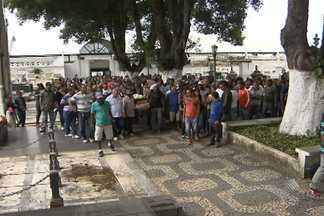 Corpo de policial morto em assalto é enterrado em Salvador - Veja esse e outros assuntos no giro de notícias.