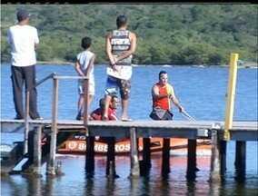 Bombeiros ainda buscam supostos desaparecidos na Lagoa de Araruama - Segurança disse que viu pessoas pedindo ajuda em um barco à deriva.Bombeiros fazem buscas desde a noite de quinta-feira (31).