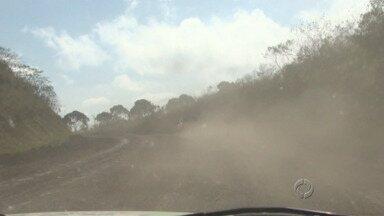 Condições da estrada que liga São Mateus a Irati preocupa moradores e comerciantes - Um desvio por uma estrada rural só pode ser feito por carros leves. Ônibus e caminhões aumentam a viagem em até 100 quilômetros.