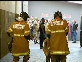 Treinamento de emergência dos Bombeiros de Campos, RJ, causa tumulto no Fórum - Ação teve que interditar ruas adjacentes ao Fórum.