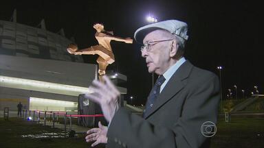 """Abelardo da Hora completa 90 anos presenteando a Arena Pernambuco com obra de arte - Artista pernambucano amante do futebol esculpiu """"O Artilheiro"""", estátua que agora está em frente ao estádio alvirrubro"""