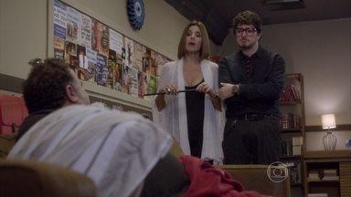 Lucrécia e Edgard fazem intriga contra Nando - Eles insinuam que Gael pode ter roubado a guitarra de Nando por vingança