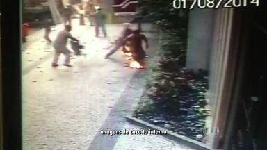 Explosão dentro de prédio comercial em obras na Tijuca mata uma pessoa e fere três - O acidente teria sido provocado numa falha no equipamento de solda. A perícia vai investigar para saber o que causou a explosão.