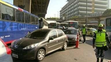 Motoristas anda reclamam de congestionamentos e falta de informação na Zona Portuária - Uma semana depois do fechamento da Avenida Rodrigues Alves, carros, vans e ônibus enfrentam muito congestionamento. As mudanças no trânsito deixaram motoristas e pedestres confusos.