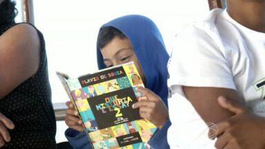 Jovens de comunidade caiçara participam de oficina literária em Paraty, RJ - Evento faz parte da programação da Flip. Crianças e adolescentes que moram em ilha distante 40 km do Centro Histórico aproveitaram para conhecer o autor e ilustrador Daniel Kondo.