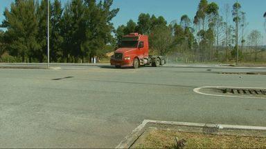 Para pegar atalho, motoristas se arriscam em manobra proibida na Fernão Dias - Para pegar atalho, motoristas se arriscam em manobra proibida na Fernão Dias
