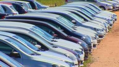 Com setor em crise, montadoras de veículos suspendem contratos de trabalhadores - Com o estoque encalhado, as montadoras decidiram reduzir o ritmo. A Fiat anunciou férias coletivas parciais entre os dias 11 e 20 de agosto.
