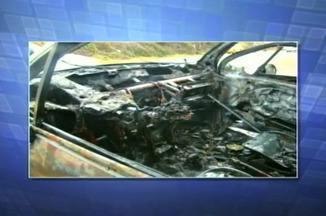 Carro pega fogo e deixa motorista ferida na ERS-135 em Erechim, RS - Polícia Rodoviária diz que o veículo pegou fogo após bater contra rochas.