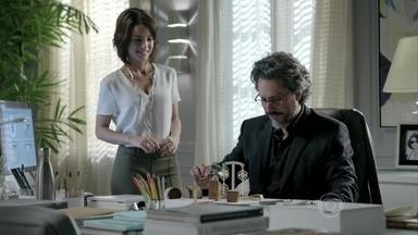 Maria Clara mostra nova coleção de joias para José Alfredo - Ele aprova a criação da filha. Maria Marta e José Alfredo discutem