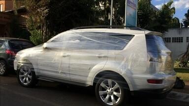 Telespectador flagra novo estilo de carro envelopado - No Setor Hospitalar Sul, Paulo Abreu, morador de Planaltina, flagrou um automóvel branco envolvido por um plástico transparente.