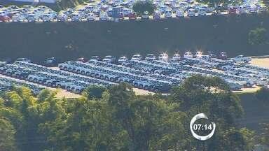 Crise no setor automotivo afeta fornecedores das montadoras no Vale - Volkswagen anunciou férias coletivas para funcionários da unidade de Taubaté no fim de agosto. Já a GM negocia sistema de layoff na planta de São José. Mesmo sistema já começou na Ford em Taubaté.
