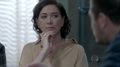 Maria Marta ameaça iniciar uma guerra se Cristina for filha de José Alfredo - Ricaça tenta fazer o marido dizer se pode mesmo ser pai da jovem
