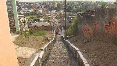 Em Sucupira, moradores sofrem com buracos e escadaria destruída - É a terceira cobrança do Calendário: degraus estão quebrados e falta corrimão.