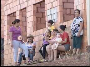 Em Iepê, 32 famílias invadem casas abandonadas de programa habitacional - Construção das residências teve início em 2009 e não foi finalizada.