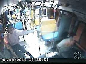 Vídeo mostra ação de assaltante que fez passageiro refém em ônibus de Uberlândia - Segundo a Polícia Militar, jovem de 18 anos embarcou em ônibus público da linha B-906 e fez ameaças aos passageiros usando um facão