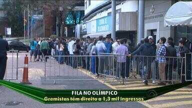 Gremistas fazem fila no Olímpico para adquirir ingressos para o Gre-Nal - Inter disponibilizou 1,3 mil entradas para o Grêmio.