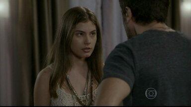 Bianca questiona Gael, mas ele despacha a filha - Gael se preocupa que as filhas descubram seu segredo. Bianca libera Karina para quebrar suas coisas, mas pede que a irmã a perdoe