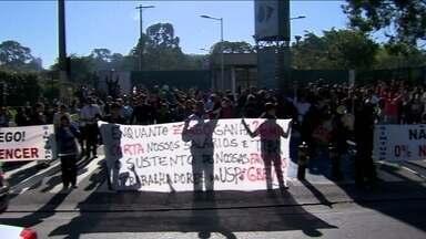 Funcionários em greve da USP fecham os portões da Cidade Universitária - Eles descumpriram ordem de reintegração de posse e as atividades acadêmicas e administrativas foram prejudicadas.