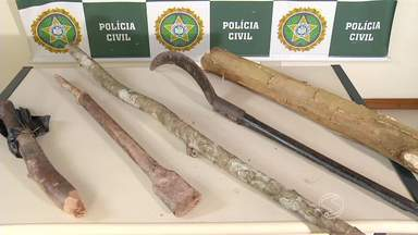 Dupla é detida por crime ambiental em Volta Redonda, RJ - Eles são suspeitos de participar de invasão de terra no bairro Vila Americana, onde desmataram árvores.