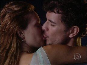 Bel e Duda se beijam na praia - Bel vai atrás de Duda e os dois se entregam ao amor