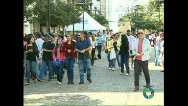 Dia dos pais movimenta o comércio no calçadão de Londrina - O sábado ensolarado levou muita gente às compras. O comércio funciona em horário especial hoje.