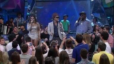 Carlinhos Brown, Mr. Catra e Gaby Amarantos cantam juntos - Cantores se apresentam no programa Altas Horas especial Dia dos Pais