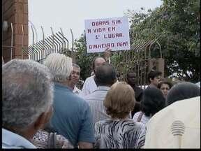 Moradores do Bairro Vencesville fazem protesto para pedir abertura de túnel - Falta de segurança em travessia de rodovia é o principal motivo da ação.