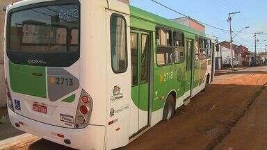 Ônibus de Ribeirão atola em buraco aberto por departamento de esgoto - Pneu de veículo ficou preso em rua onde asfalto cedeu no Campos Elíseos.