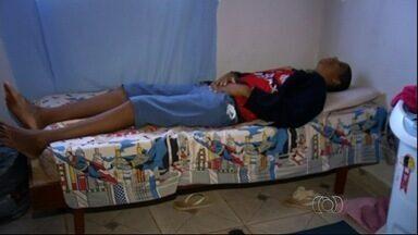Garoto de 10 anos que mede dois metros de altura passa por consulta, em Novo Gama - Garoto sofre de doença rara, denominada popularmente de gigantismo.
