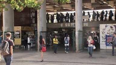 Aulas da UnB recomeçam nesta segunda-feira (11) - São mais de 32 mil estudantes na UnB. Desses, 3,5 mil são calouros. Estudantes reclamam que o número de linhas para a Universidade de Brasília é pequeno.