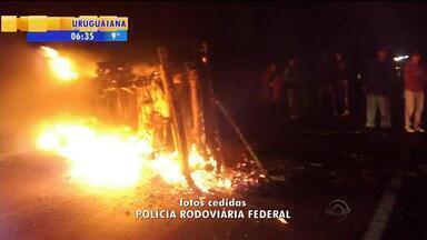 Três pessoas ficam feridas em acidente em Bagé, RS - Carro capotou e pegou fogo.