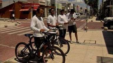 Ciclistas ouvem reclamações e monitoram serviços em Fortaleza - Grupo percorre ruas e avenidas e escutam os problemas de moradores.