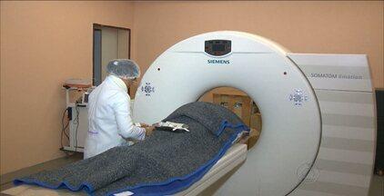 Serviços de tomografia estão paralisados em hospital de Campina Grande - Pacientes reclamam do tempo de espera para realizar o procedimento. Segundo presidente da FAP, o problema ocorre porque a quantidade de máquinas está no limite da capacidade de atendimento.