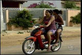 Na zona rural de Petrolina é comum flagrar motociclistas que não utilizam o capacete - Além de pôr em risco as próprias vidas, eles também podem sofrer penalidades