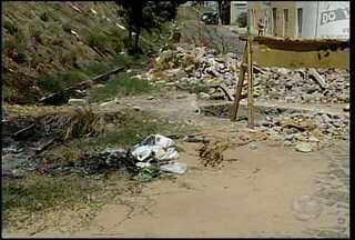 Moradores do bairro atrás da banca esperam a reposição de uma tampa de esgoto - Com esgoto aberto há mais de um mês, moradores temem que acidentes aconteçam