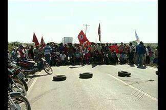 Manifestantes do Movimento Sem Terra interditam a BR-155 - Manifestantes do Movimento Sem Terra interditam a BR-155.